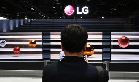 epa07270450 People view the LG OLED rolling TV at the LG display on the opening day of the 2019 International Consumer Electronics Show in Las Vegas, Nevada, USA, 08 January 2019. The annual CES, which takes place from 08 to 11 January, is a place where industry manufacturers, advertisers and tech-minded consumers converge to get a taste of new innovations coming to the market each year. EPA/LARRY W. SMITH