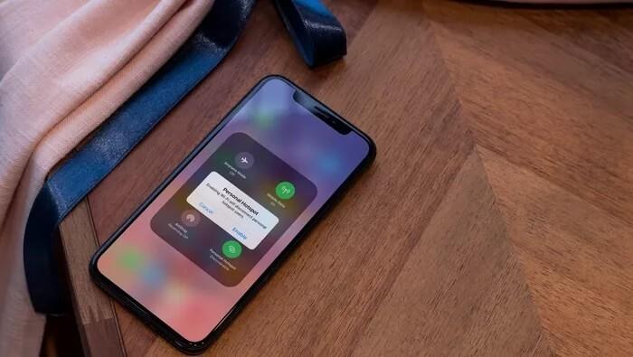 İnternete bağlanmak için bir dizüstü bilgisayarı veya tableti iPhone'unuza kolayca bağlayabilirsiniz. Sabit bir wi-fi bağlantısından uzaktasınız ve işinizi iPhone'unuzdan daha büyük bir ekranda yapmanız gerekiyor. Hazırda bir tabletiniz veya dizüstü bilgisayarınız var, ancak bu cihazlarda hücresel bağlantı yok - bu da internete bağlanmanın hiçbir yolu olmadığı anlamına geliyor.Ya da sen öyle düşündün. Telefonunuzun hücresel veri planı mobil erişim noktası desteği içeriyorsa, daha büyük cihazınızın iPhone'unuzdan internet verilerini kolayca çekmesine izin verebilirsiniz.Birkaç uyarı var: iPhone verilerini kullanmak telefonunuzun pil ömrünü tüketecektir ve planınız ayda yalnızca belirli bir miktarda etkin nokta verisini destekleyebilir, bu nedenle kullanımınızı izlediğinizden ve telefonunuzu bir kez şarj etmeyi planladığınızdan emin olun. işiniz bitti. Erişimnoktanızı nasıl kuracağınız aşağıda açıklanmıştır: iPhone'unuzdaki Ayarlar uygulamasındanHücresel'eve ardındanKişisel Erişim Noktası'nadokunun.Geçiş üzerindebaşkalarının katılmasına izin verin.Wi-Fi, Bluetooth veya USB kullanarak iPhone'unuzun verilerine bağlanabilirsiniz. Wifi seçerseniz, dizüstü bilgisayarınızın veya tabletinizin wifi ayarlarını açın, ardından mevcut ağlar listesinden iPhone'unuzun adını seçin.iPhone'unuzda, ağa bağlanmak için yazmanız gerekebilecek bir mobil erişim noktası wifi şifresi vardır.Hem iPhone'unuz hem de dizüstü bilgisayarınız veya tabletiniz iCloud hesabınızda oturum açtıysa, bağlanmak için bir parola girmeniz gerekmez. Apple, önceki iPhone'larda 2,4 GHz yerine 5 GHz wifi üzerinden cihazlara bağlanabilme özelliğiyle iPhone 12'yi daha hızlı bir mobil erişim noktasına dönüştürdü.Kişisel Erişim Noktası ayarlarınızda,2,4 GHz wifi'ye geri dönmek içinUyumluluğu en üst düzeye çıkarseçeneğinietkinleştirebilirsiniz;bu, iPhone'unuza yalnızca 2,4 GHz wifi'yi destekleyen bir cihaz bağlamaya çalışıyorsanız kullanışlıdır. Bluetooth'u seçerseniz, iPhone'unuzu bilgisayarınızla eşleştirin ve ardında